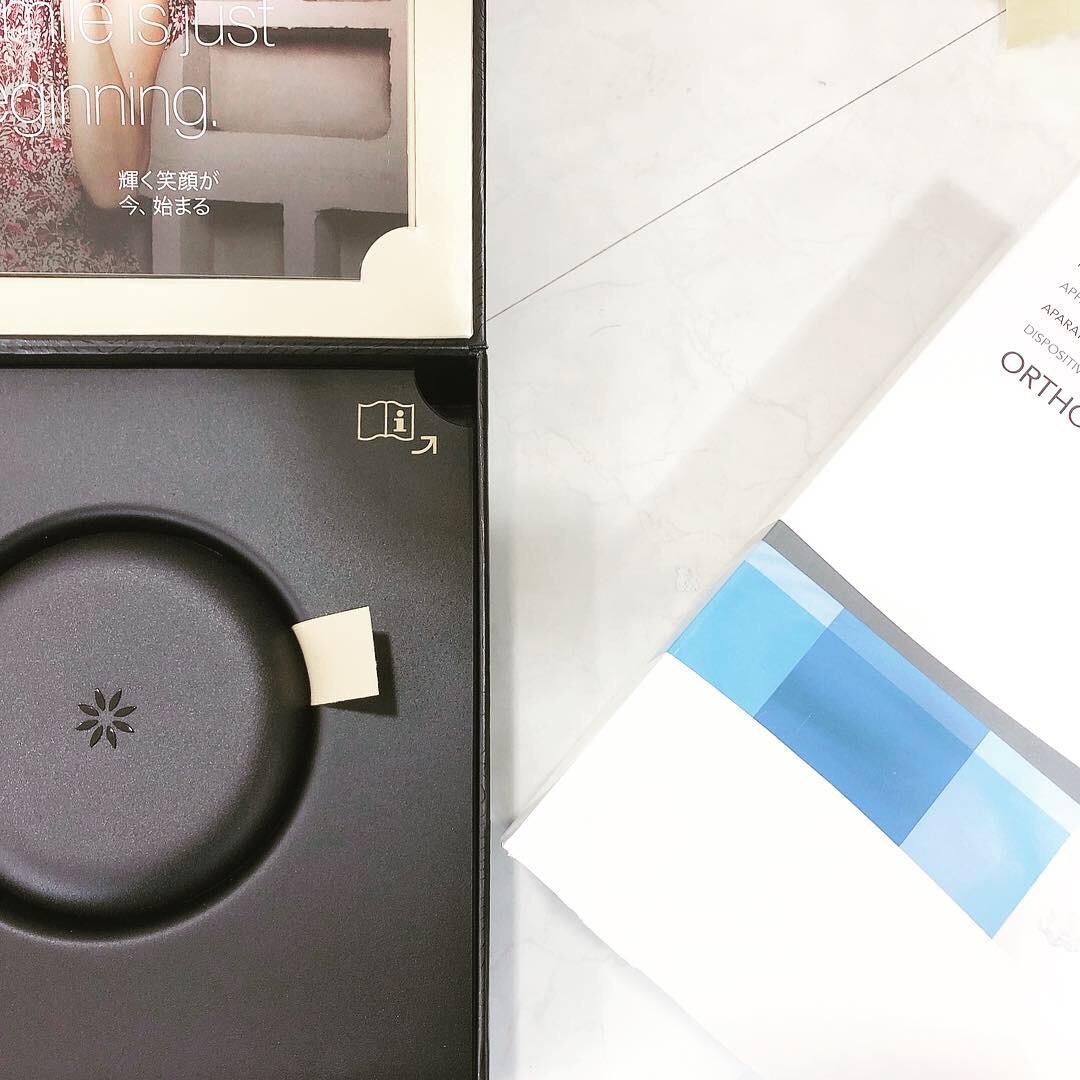 マウスピース矯正のインビザラインが入っている箱と専用マウスピースケースの写真